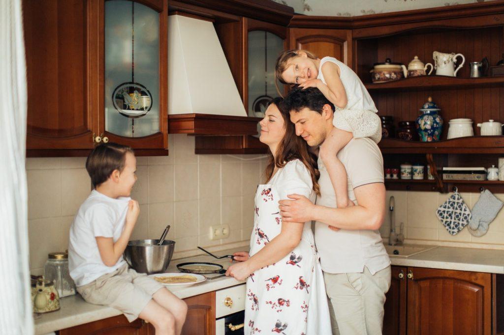 familie som laver mad