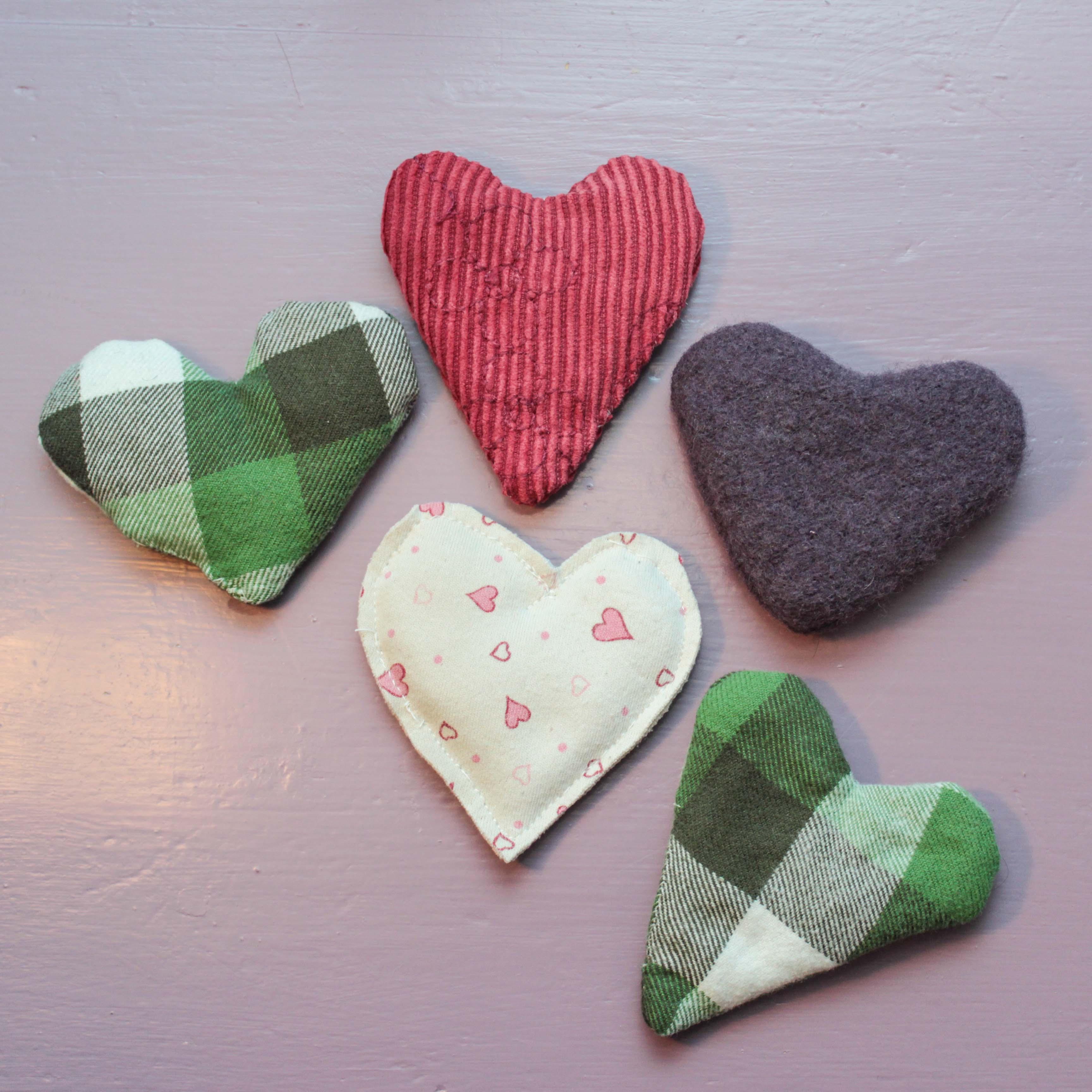 Hjärtformade värmekuddar av återvunnet tyg i ull, manchester, bomull och flanell.