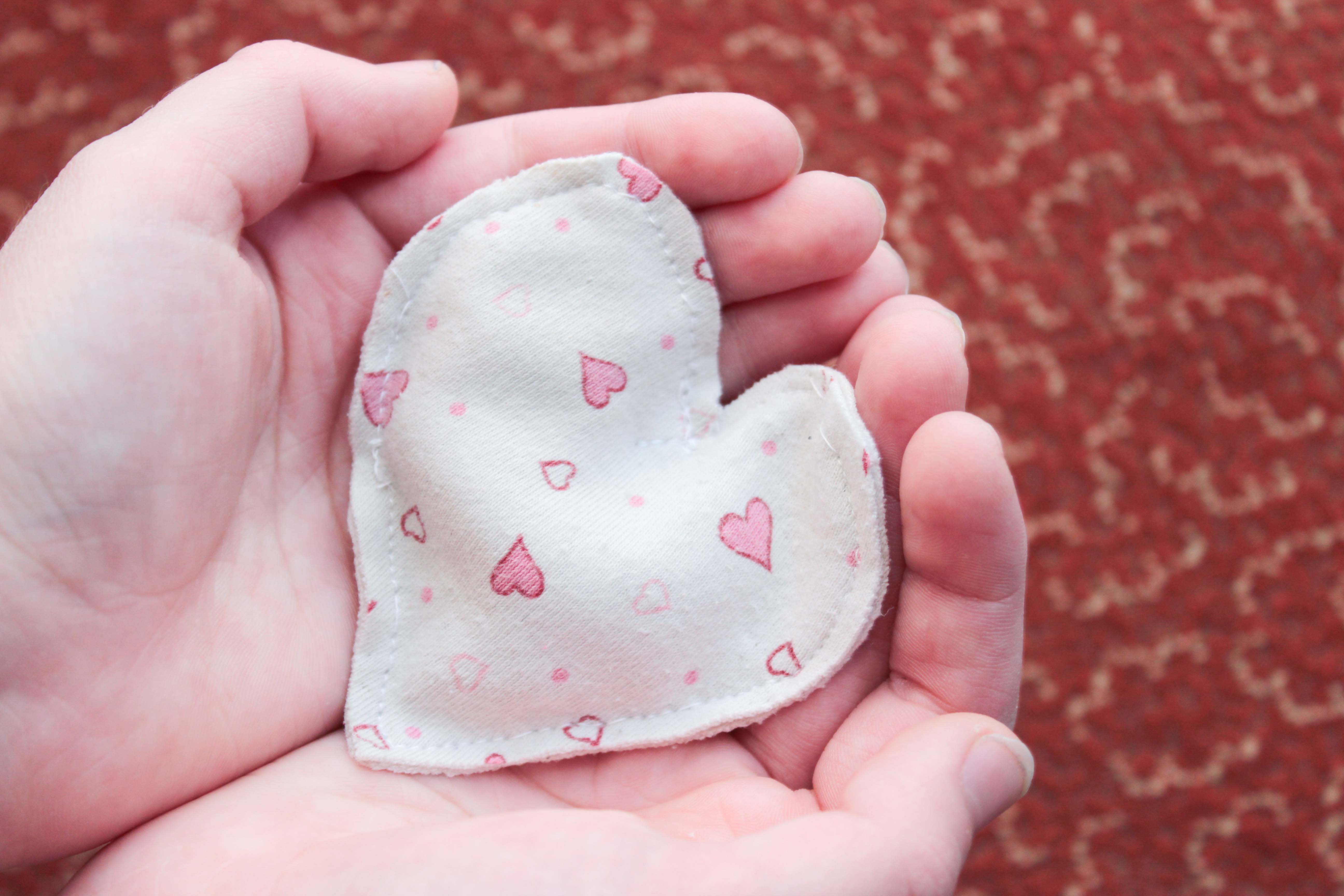 En hjärtformad värmekudde att värma händerna med.