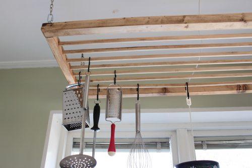 Närbild på hängare med rundstav som sitter över kökbänken.
