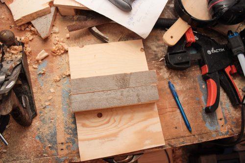 En bit plywood och två träbitar.