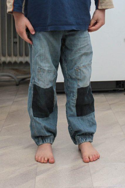 Ett par byxor med lappar på knäna.