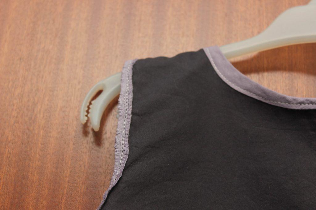 Närbild på kantning på klänningen.