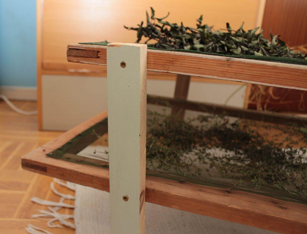 Närbild på ett av benen till torkställningen där man ser hur skruvarna är placerade.