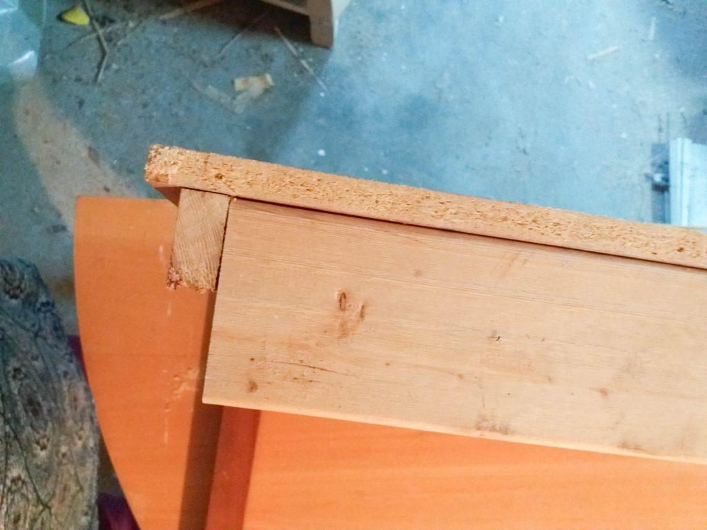 Baksida på det itusågade bordet där man ser den nya träbiten jag satte dit.