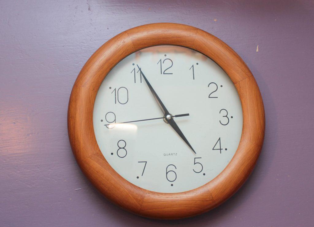Klocka med enkel träram
