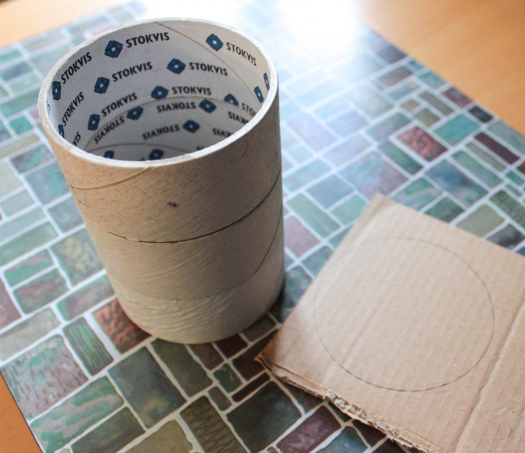 Tomma tejprullar som klistrats på varandra för att göra en pennburk.