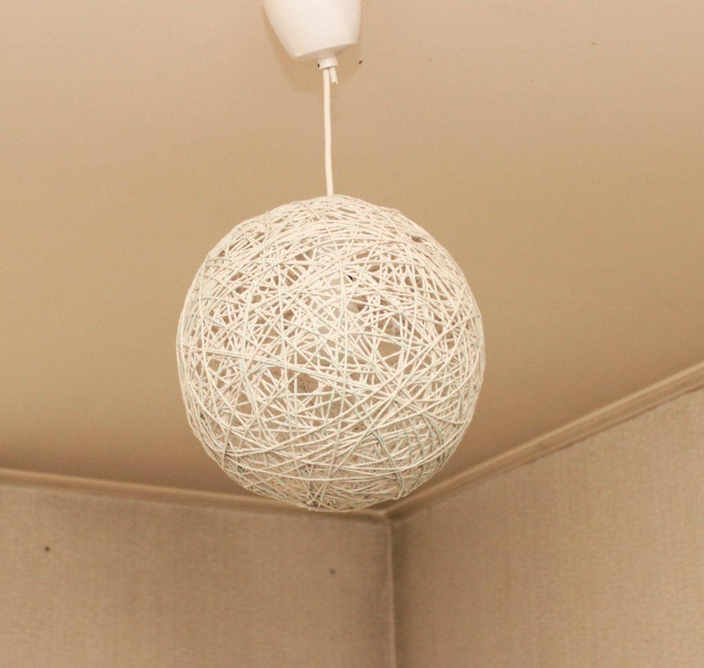 I snörlampa hänger själv i taket.