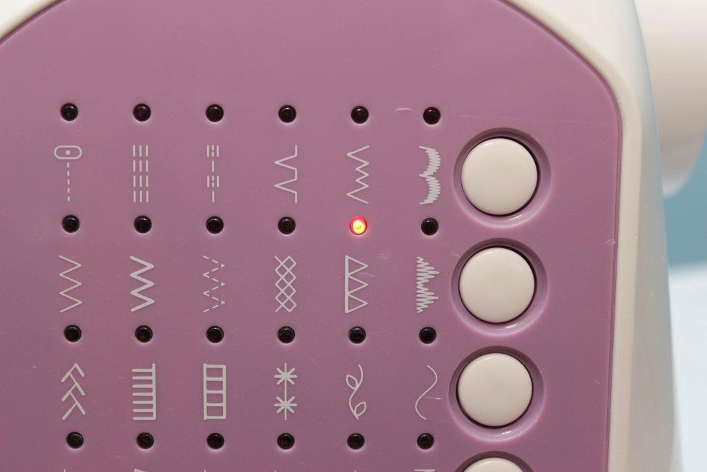 Bild på overlock-läget på symaskinen som du ska använda när du syr gosedjur.