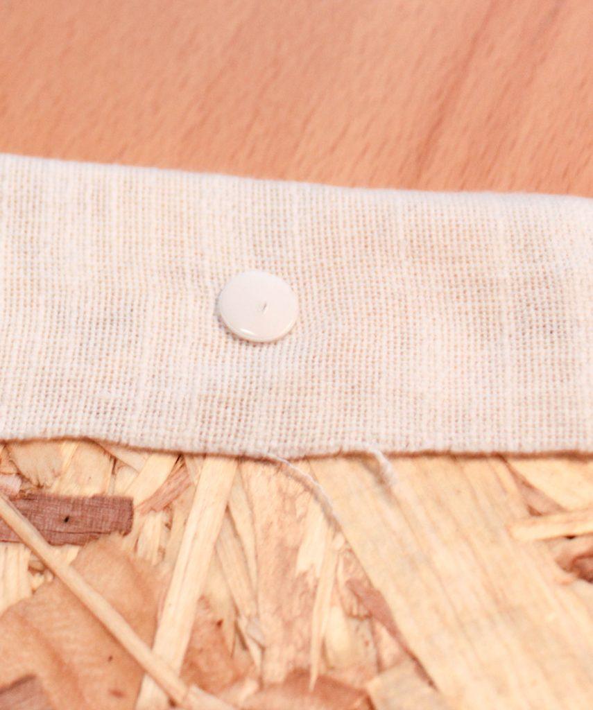 Hur pins sätts fäster duken på plattan.