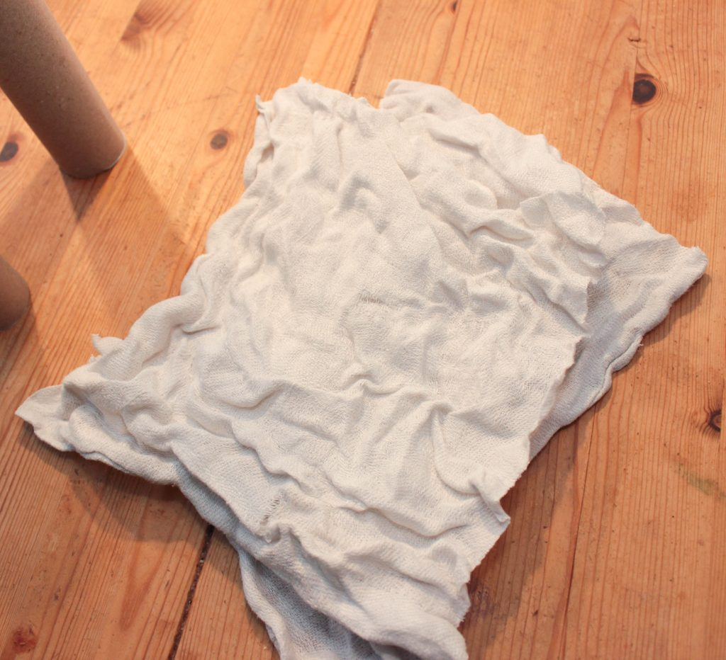 Handduk klippt i fyra delar att göra spöken av.