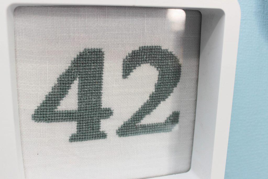Bild på broderiet med siffran 42