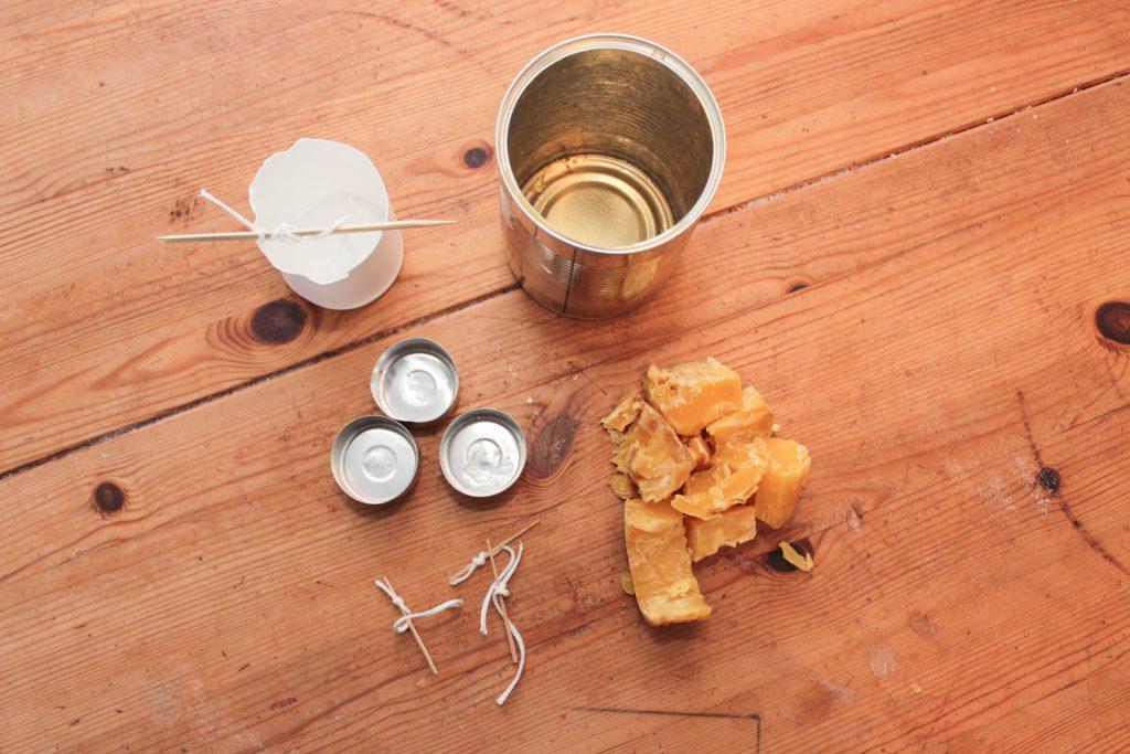Gjut bivaxljus! Allt du behöver för att gjuta bivaxljus: gamla värmeljusformar, bivax, veke, tandpetare och konservburk.