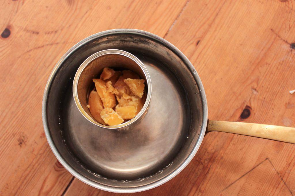Bild på vax i konservburk som står i kastrull med vatten.
