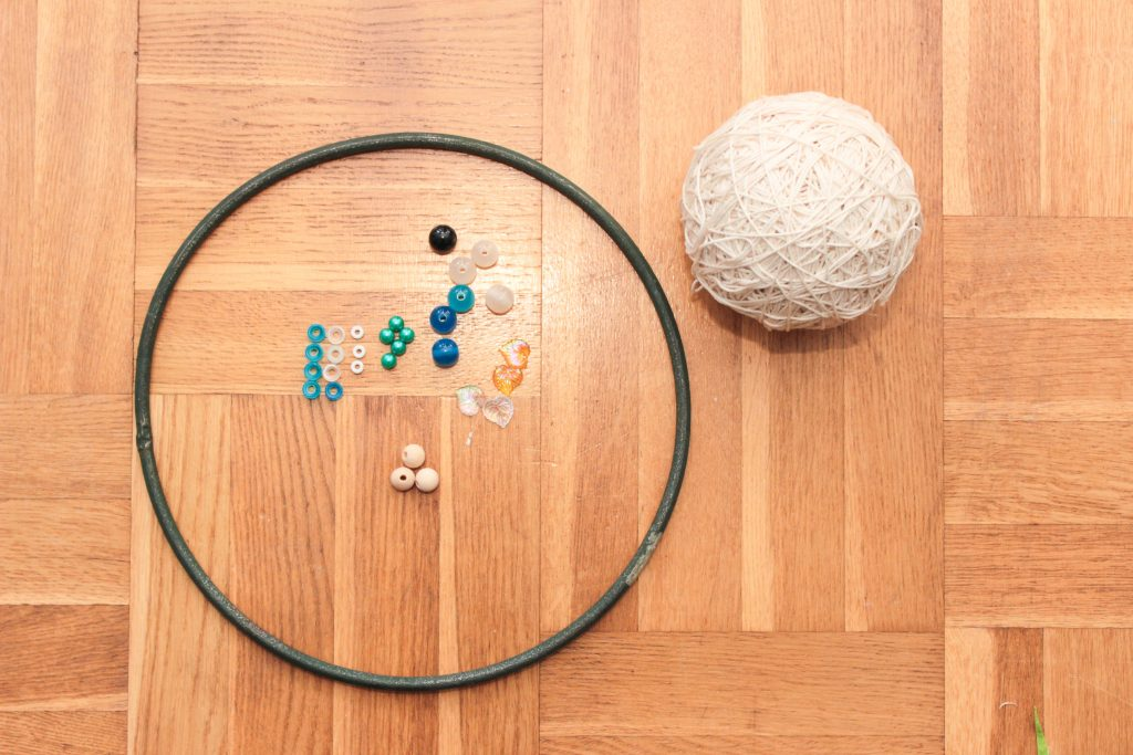 Allt du behöver för att göra en drömfångare. Metallring, garn och pärlor.