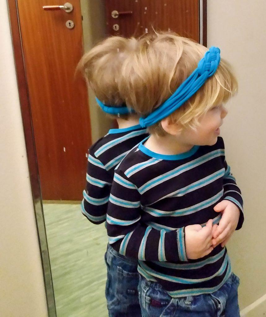Barn med hårband på huvudet.