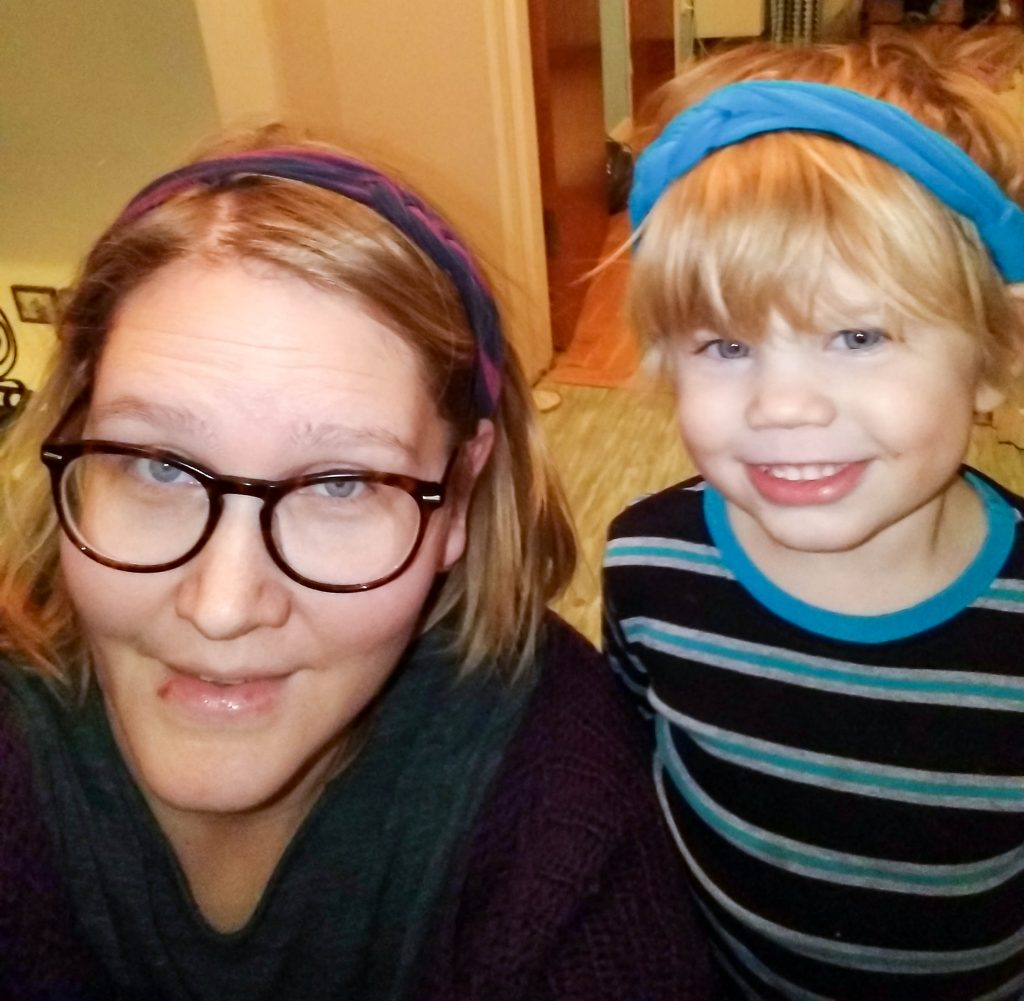 Mamma och dotter med hårband av t-shirt i håret.