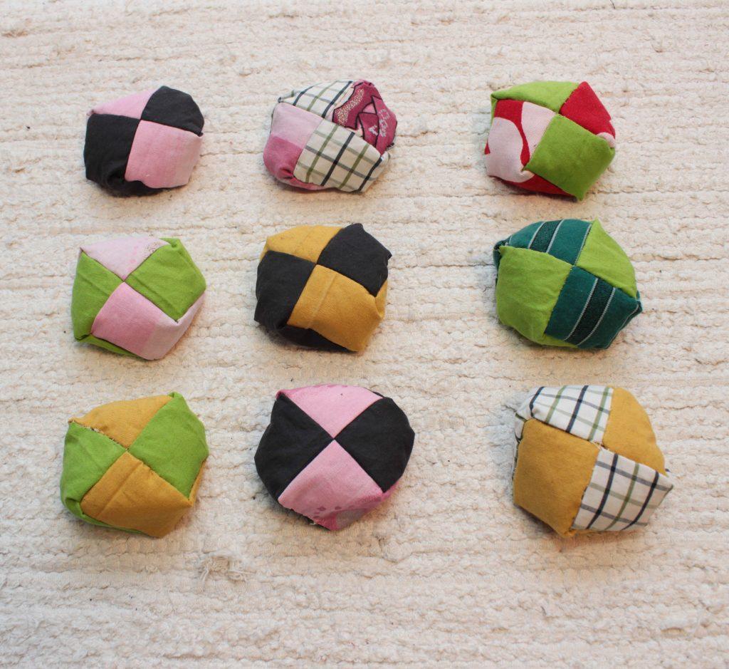 9 japanska jonglerbollar i färgglada färger.