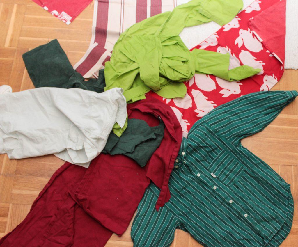 Hög med textilier som ska bli en stjärnformad julgransmatta.