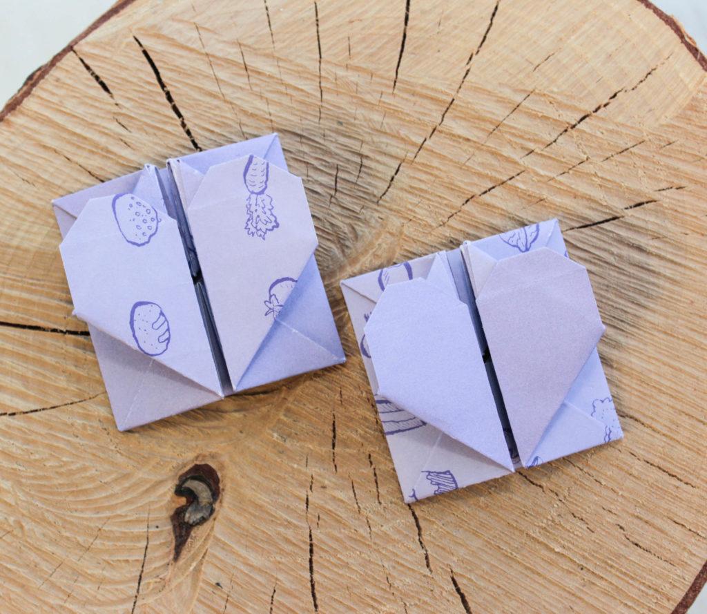 Alla hjärtans dags kort i form av lila origami hjärtan.