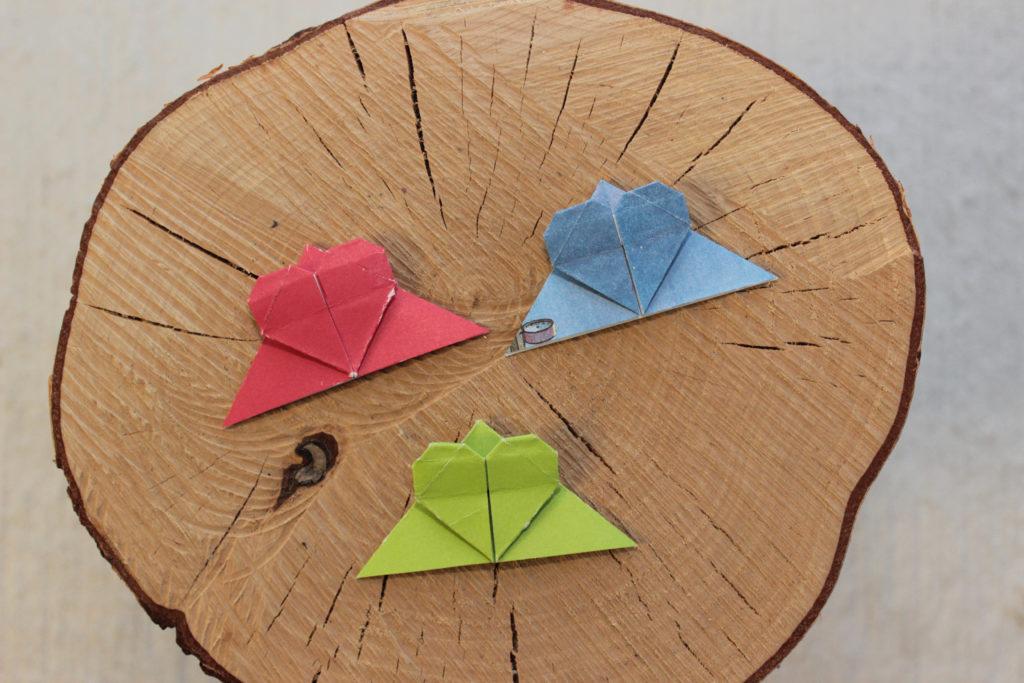 Rött, blått och grönt origami hjärta. Bokmärken som ska sitta i hörnet.
