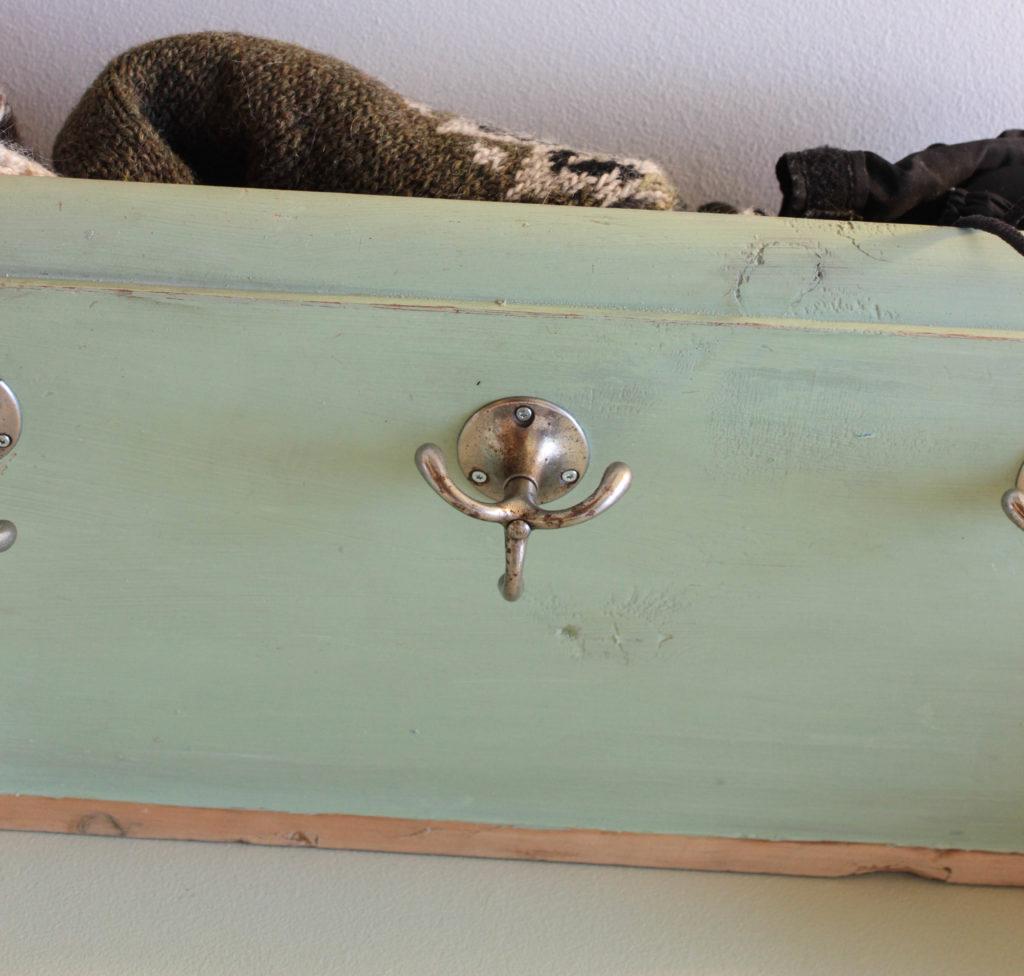 Snurrande trekrok på hatthylla. Om man ska renovera en hall för 0 kr får man återbruka.