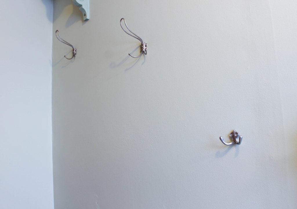 3 krokar på en vägg.