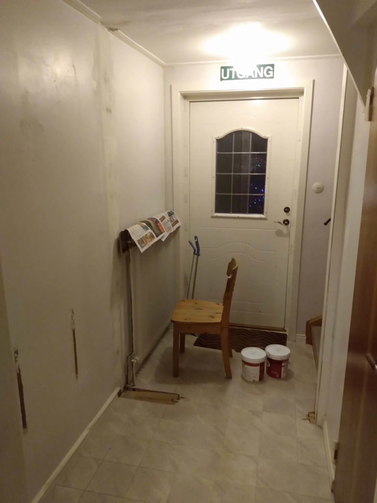 Vit hall innan renovering.