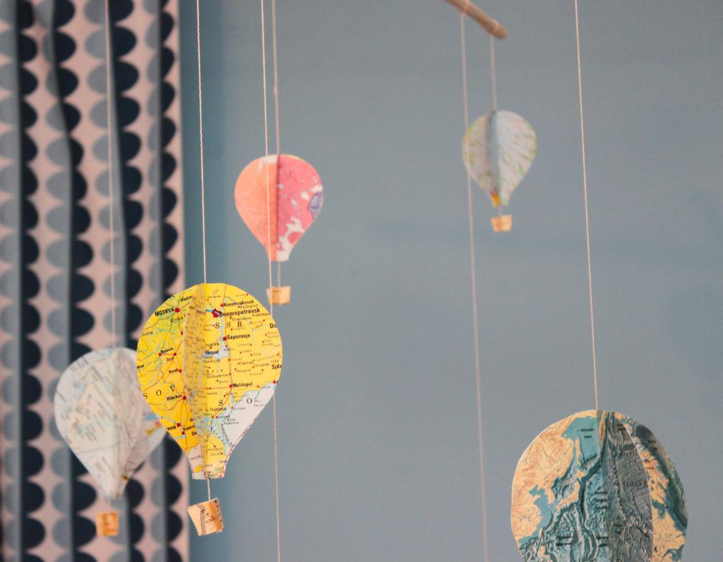 En mobil med luftballonger av kartor i närbild.