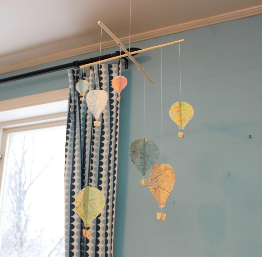 Mobil med luftballonger av kartor. Man kan se de olika färgerna på ballongerna.