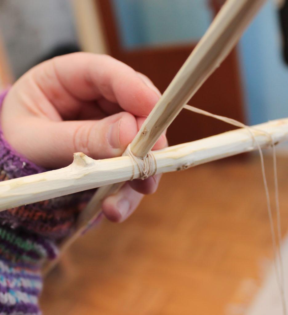Närbild på hur pinnarna till stommen sitter ihop med varandra.