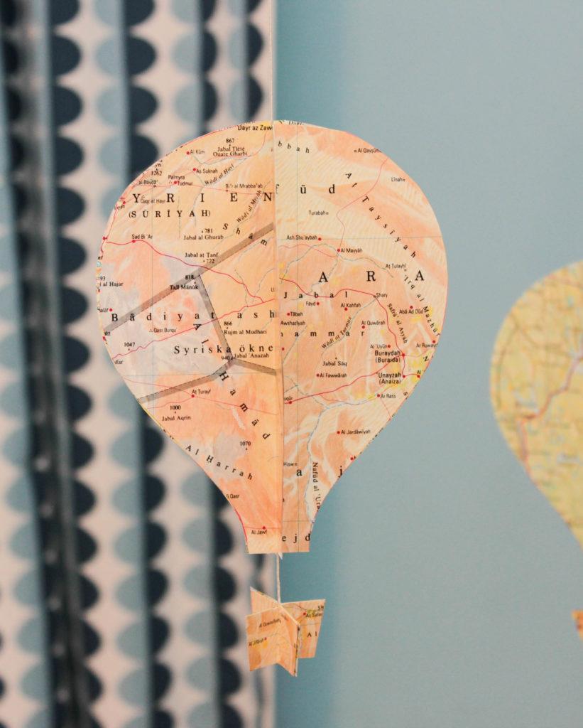Närbild på en luftballong med motiv från ökenområden.