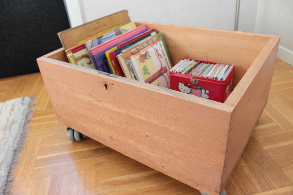 Leksakslåda fylld med böcker.