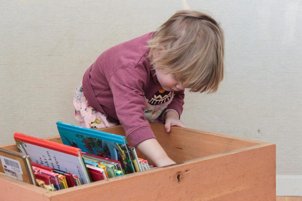 Barn som letar efter böcker i sin boklåda.