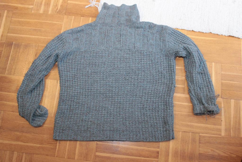 Stickad tröja som ska förvandlas.