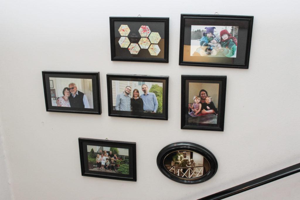Foton i svarta ramar som hänger tillsammnans på vägg.
