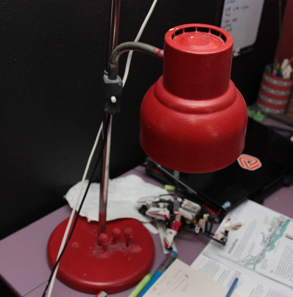 Röd lampa på skrivbord!