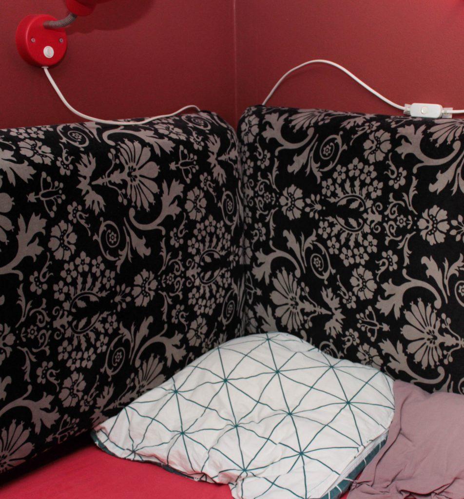 Mysig sänghörna i ett barnrum för ett mellanstadiebarn.