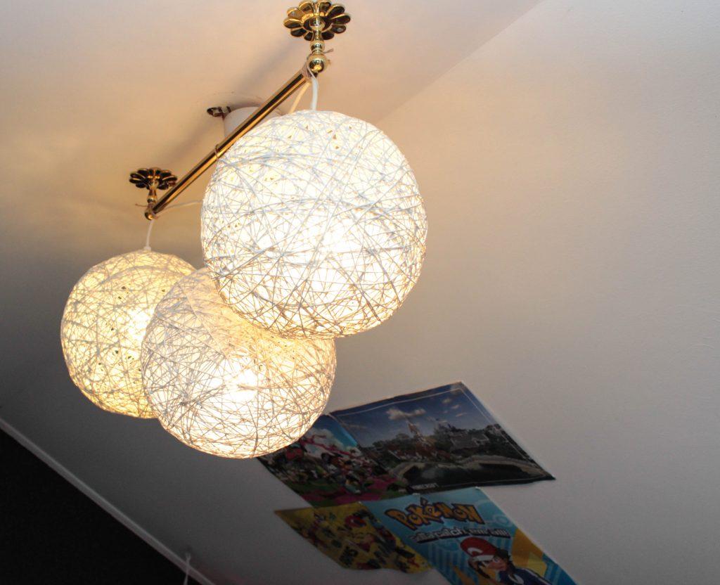 Runda lampor i taket ger rymdig känsla.