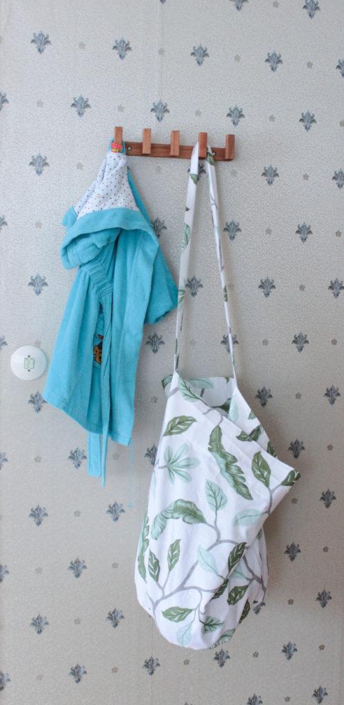 Tvättsäck som hänger på krok på väggen.