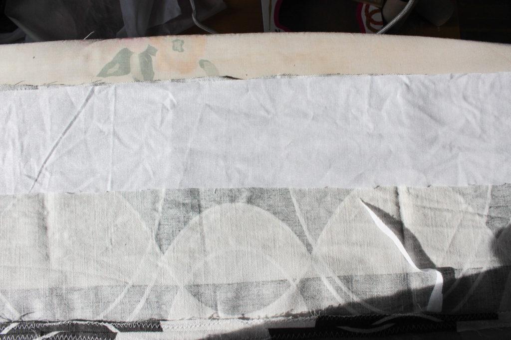 En 10 cm bred remsa av vliselin stryks fast längst upp på rektangeln.