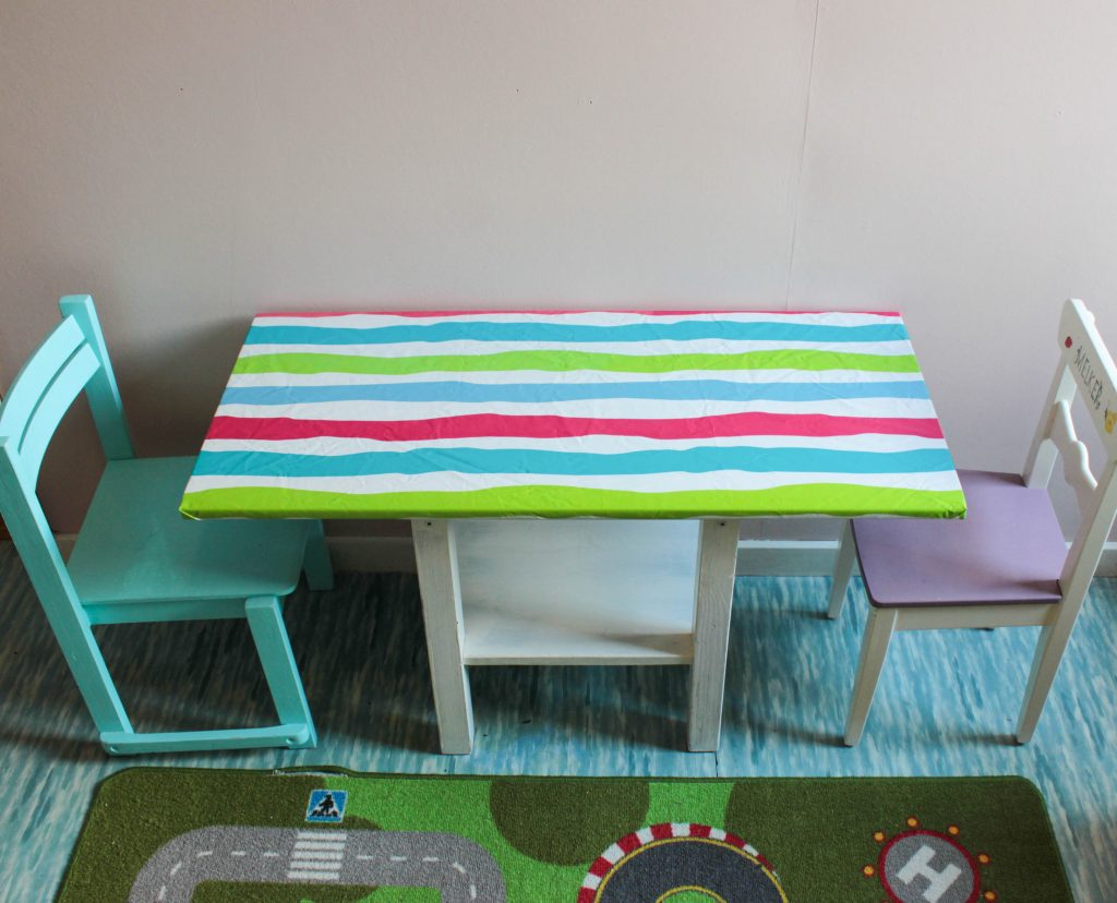 Det färdiga lekbordet med dotterns stolar bredvid.