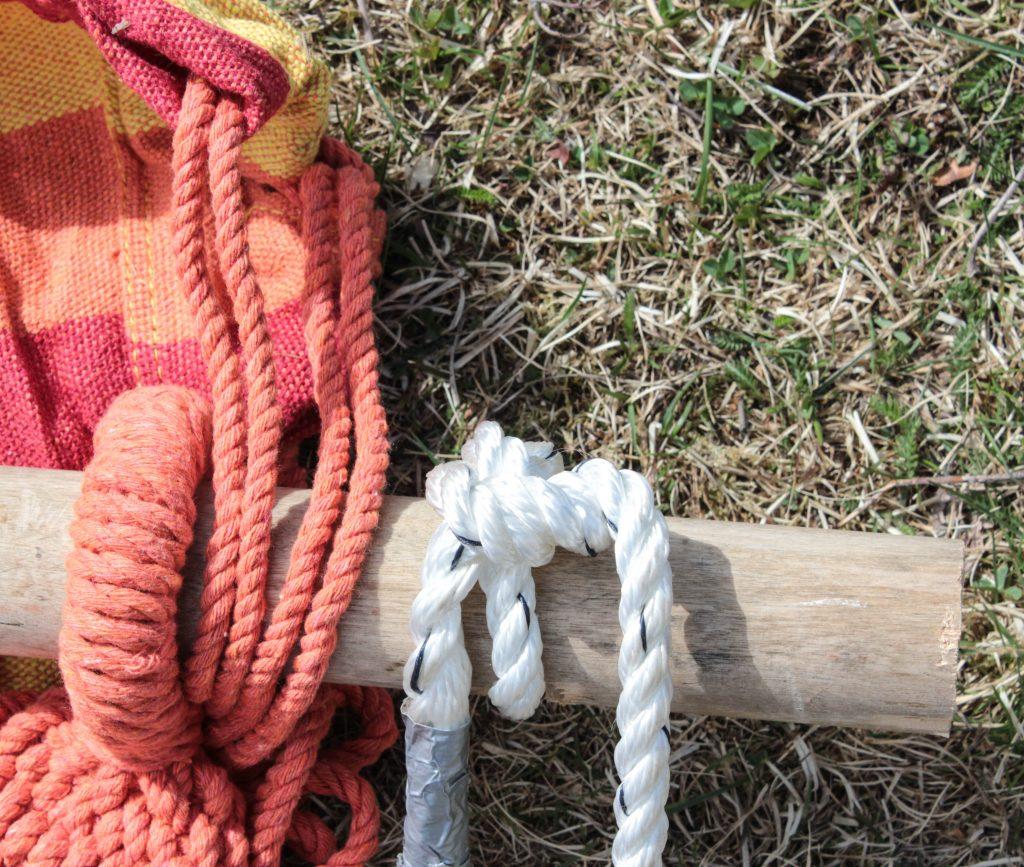 Närbild på hur hängmattan fästs i pinnen.