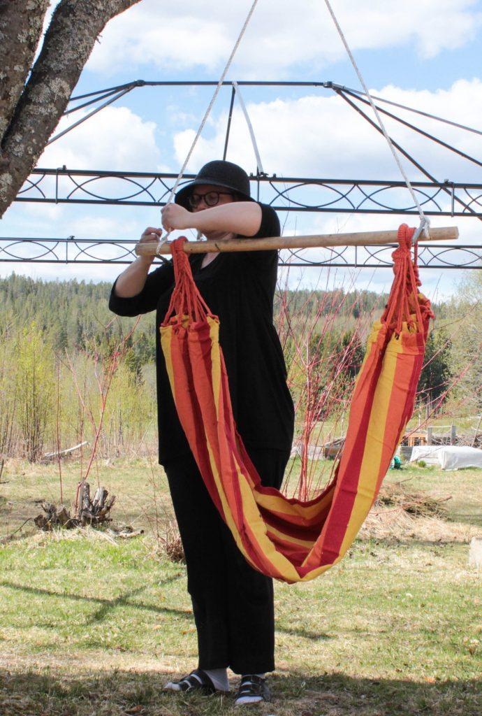 Bild på mig när jag knyter fast hängstolen.