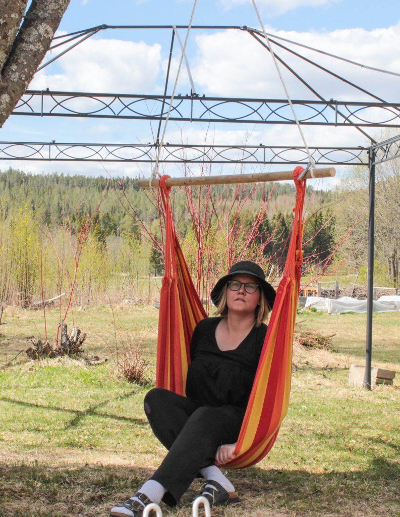 Jag sitter och njuter i en hängstol.
