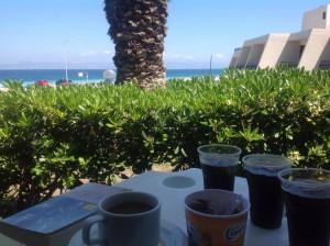 Her sidder jeg med en kop kaffe og et glas cola på hotellet på Rhodos og læser bogen om de gamle riddere fra Rhodos