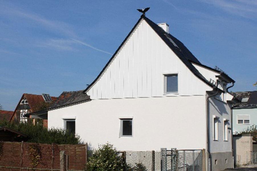 Hausseite mit neu eingebauten Fenstern