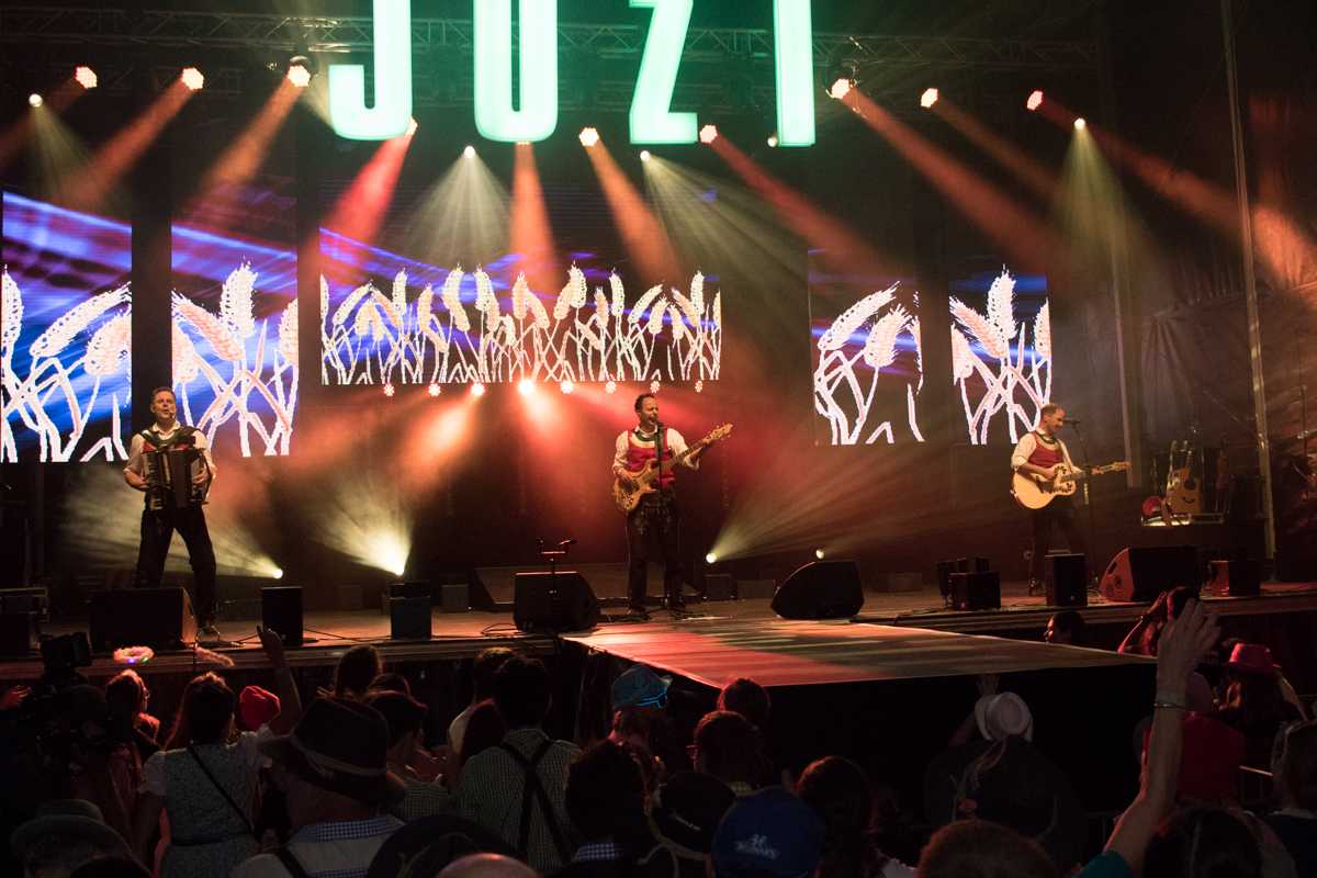 Bild zeigt Die jungen Zillertaler während Live-Konzert; 2019 sind sie wieder beim smago! Award dabei.