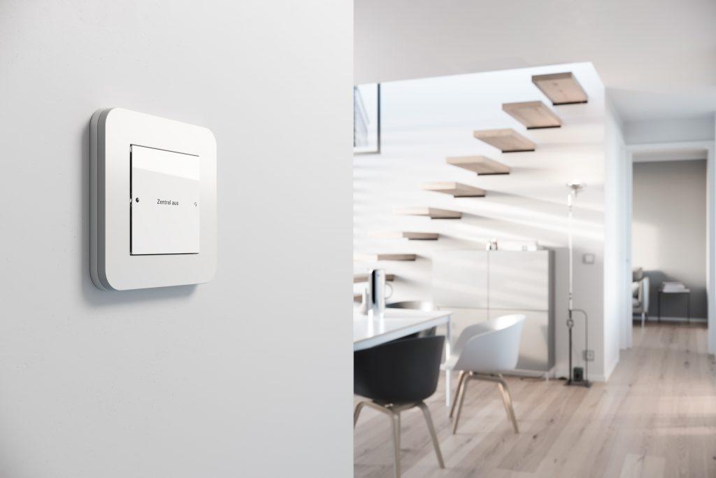 Gira Schalter-Design E3 an der Wand im Wohnraum.