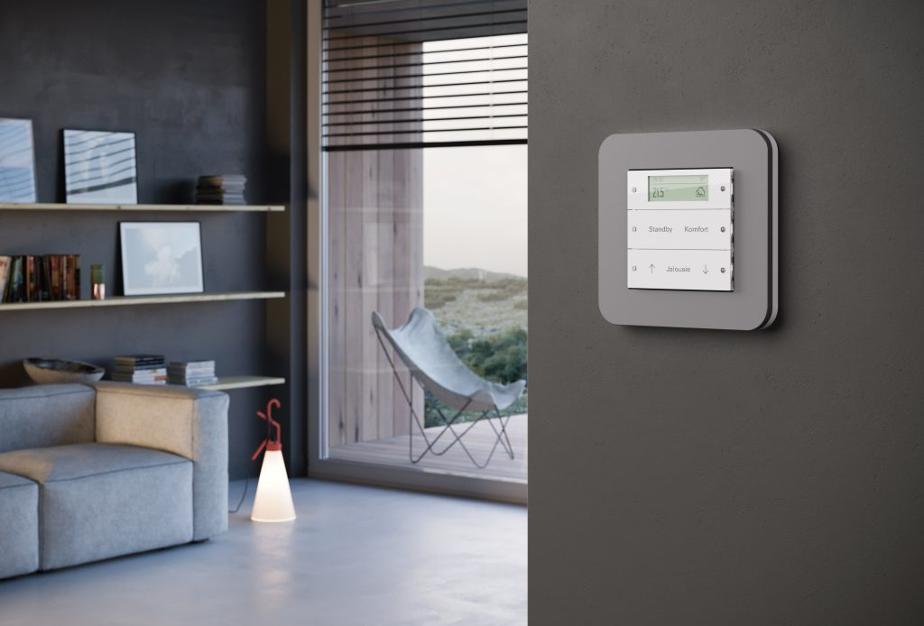 Schalter von Gira, Modell E3, an der Wand im Wohnraum